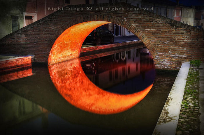 1. Луна под мостом.