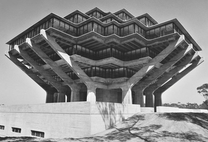 1. Библиотека Гейзеля, Калифорнийский университет в Сан-Диего, США.