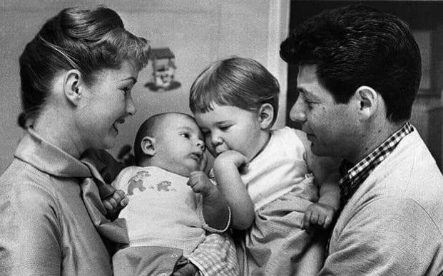 9. Дэбби Рэйнольдс и Эдди Фишер вместе со своими детьми – Кэрри и ее младшим братом Тоддом.
