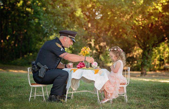 12. Двухлетняя девочка пригласила на чаепитие полицейского, который спас ей жизнь.