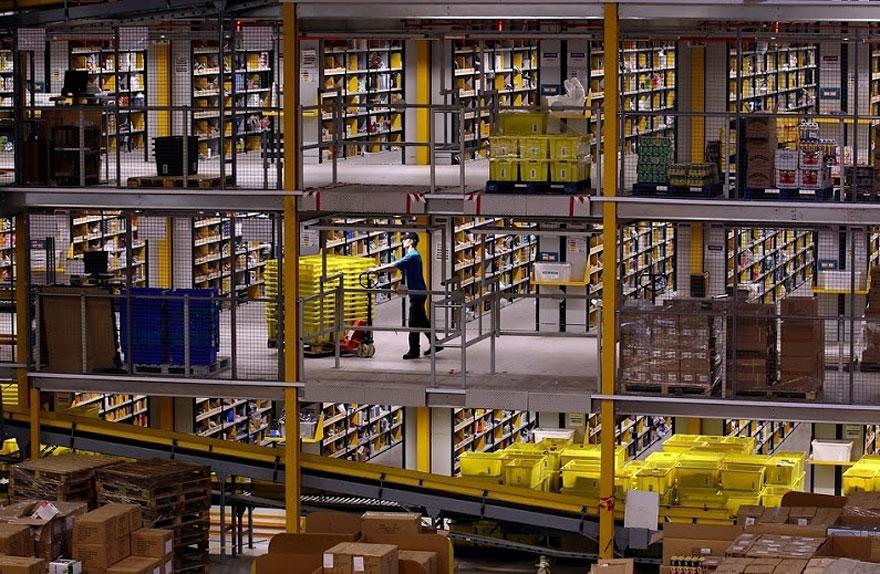 2. Джош Титер, генеральный директор компании Amazon в Финиксе сказал, что внутри нет никаких роботов. Ну разве что иногда используются вот такие электрические тележки (www.posudaserviz.ru/products_nozhi_1.php), но не более. Зато на складах работает целый океан рабочих, которые с помощью сканеров штрих-кодов отыскивают нужный товар в этом огромном пространстве.