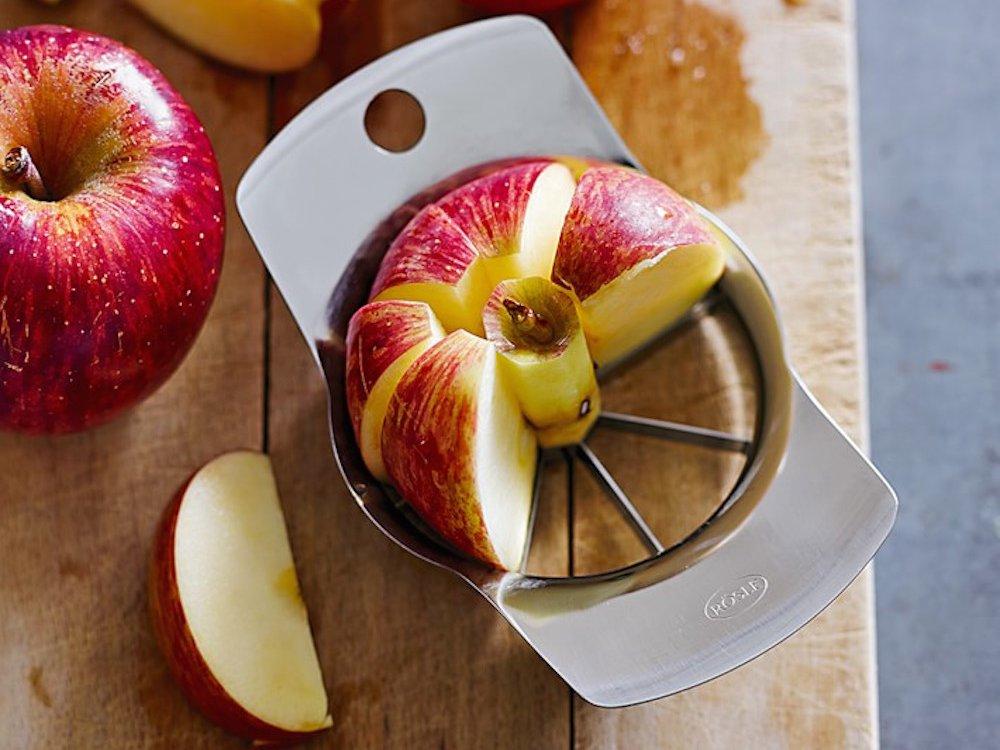2. Яблокорезка нарежет идеальные кусочки, но это легко делается обычным ножом.