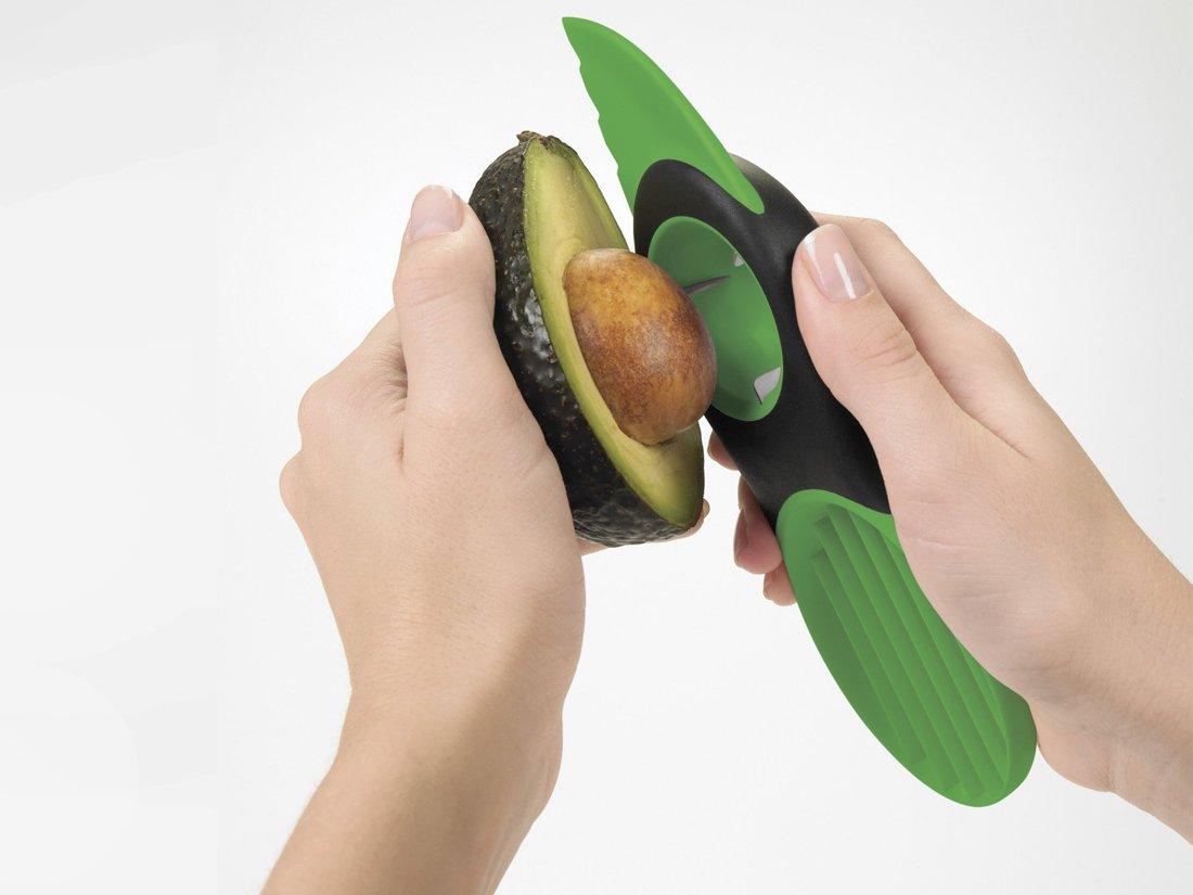 3. Авокадорезка поможет нарезать авокадо безопасно и эффективно. По поводу безопасности спорить не будем, а вот с эффективностью явное преувеличение.