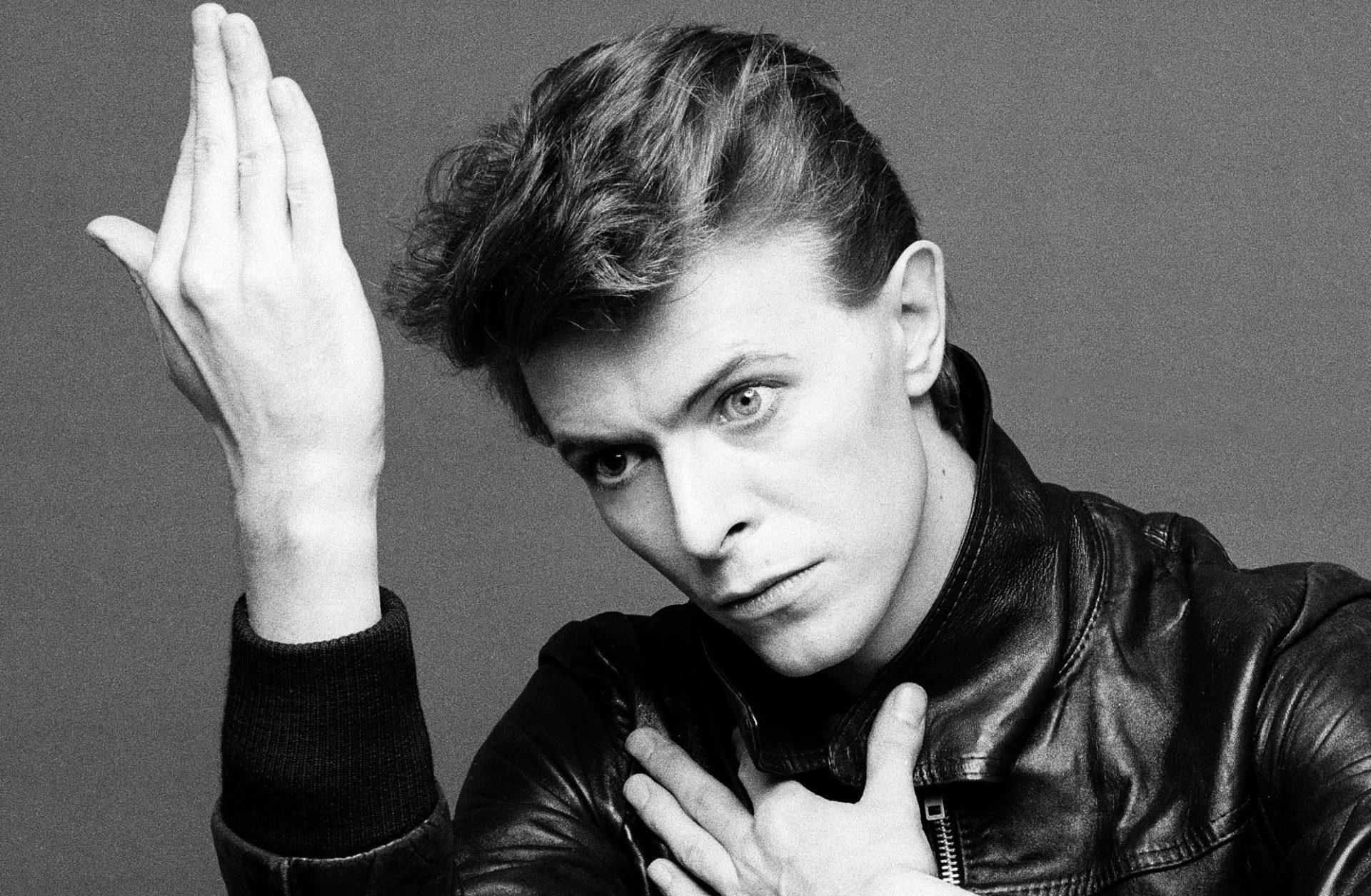 1. Дэвид Боуи -  британский рок-певец и автор песен, а также продюсер, звукорежиссёр, художник и актёр. Умер от рака 11 января 2016.