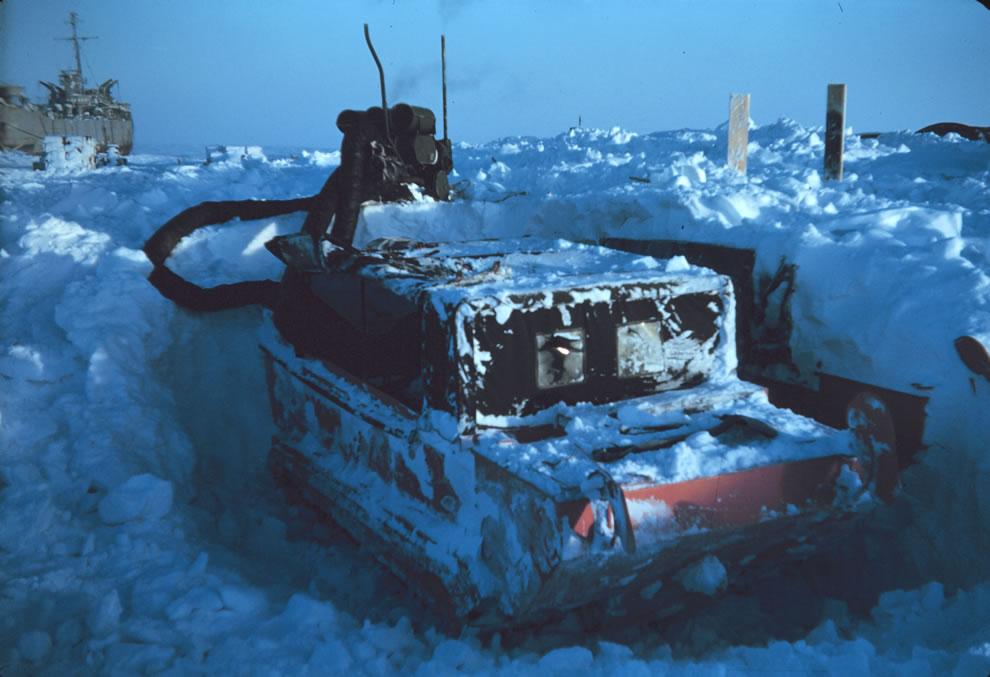 17. Весна 1949 года. Откапывать вездеход – невеселая работа, когда температура достигает 40 градусов ниже нуля.