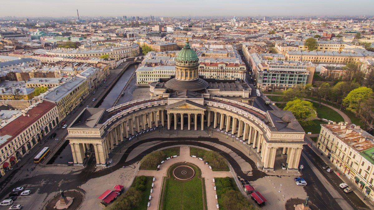 1. Посетите роскошный Казанский собор, построенный на рубеже 19-го века. Он был превращен в музей в 1932 году, однако с 1991 вновь получил статус храма.