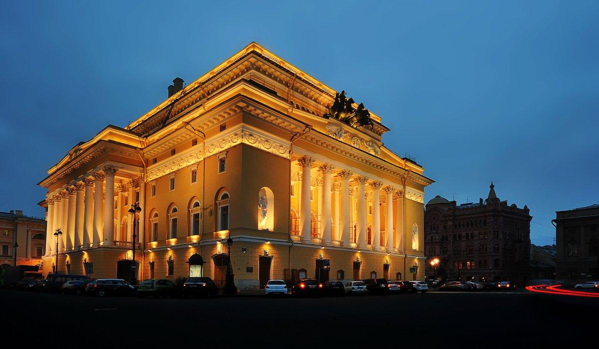 2. Посетите Александровский театр. Здание является частью Всемирного наследия ЮНЕСКО.