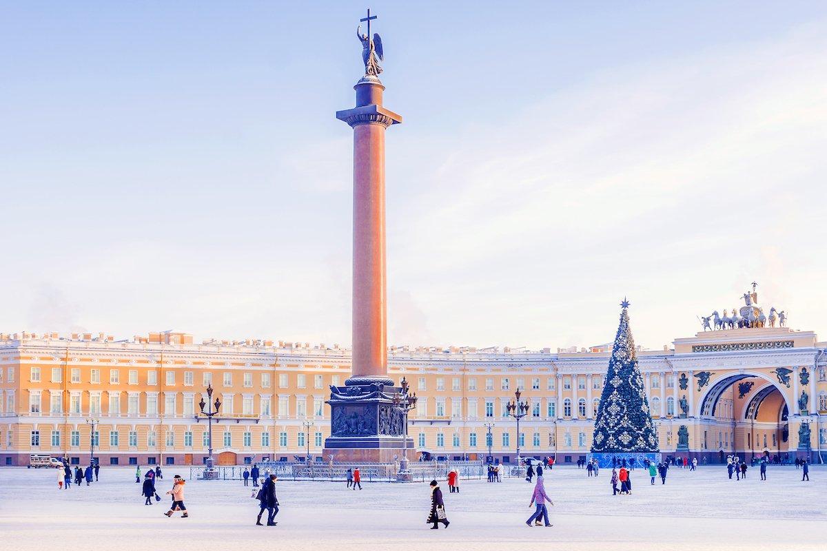 7. Если вы окажетесь в Санкт-Петербурге зимой, то обязательно покатайтесь на коньках на Дворцовой площади.