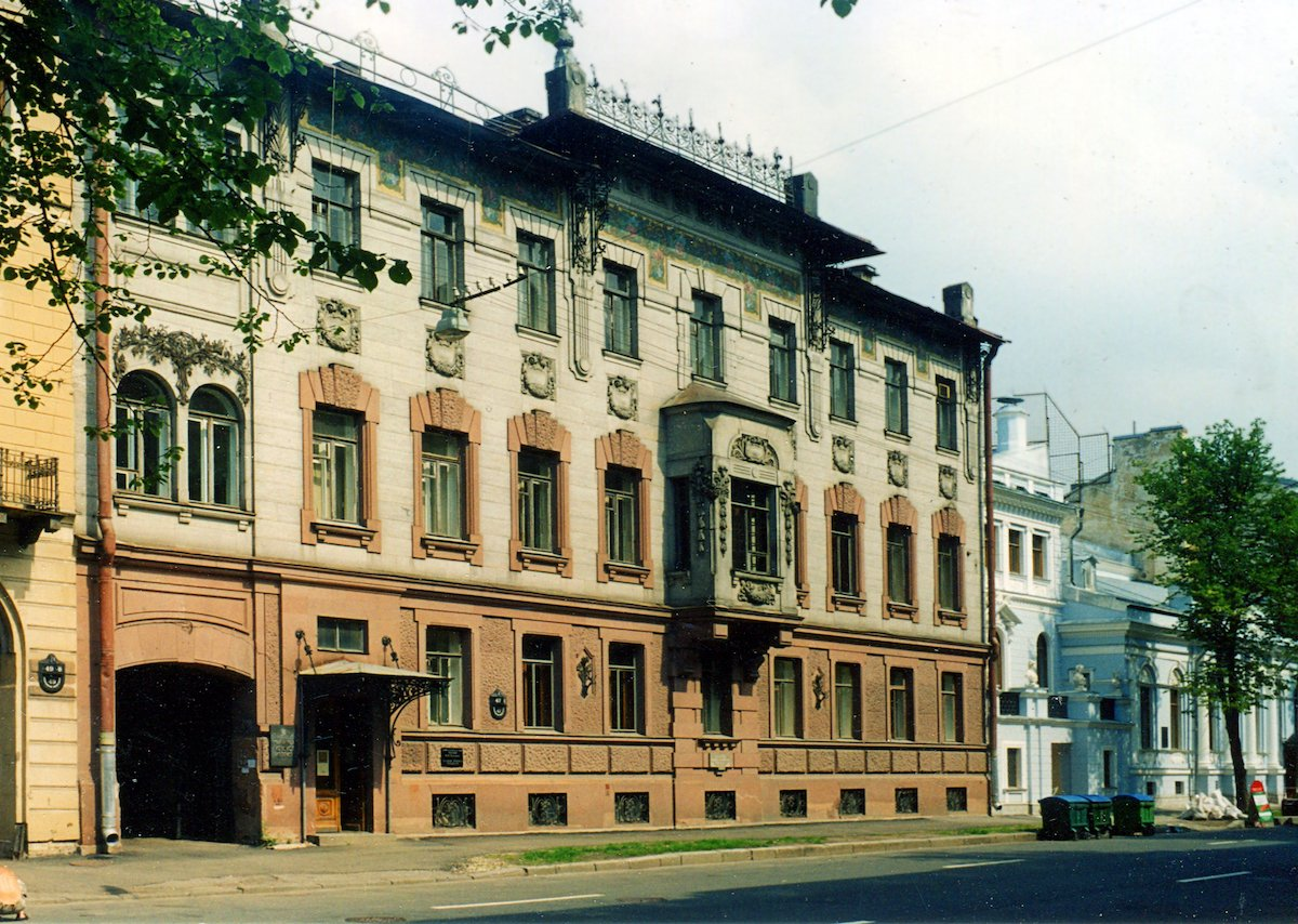 8. Даже самые скромные места города имеют свою историю. В этом доме когда-то жил Владимир Набоков.