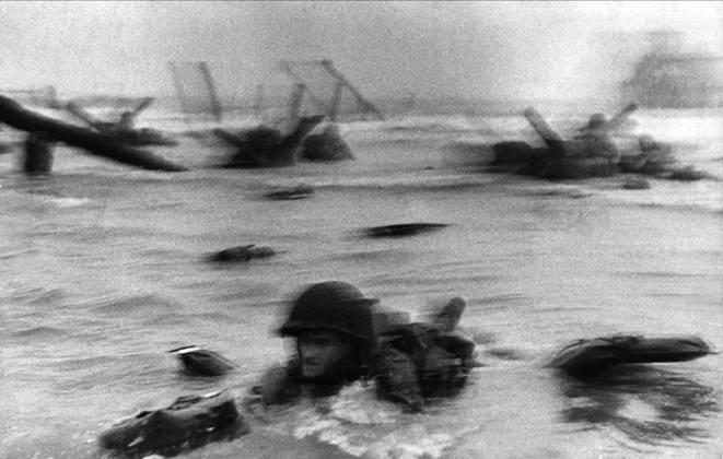 7. Высадка в Нормандии, Роберт Капа, 1944.