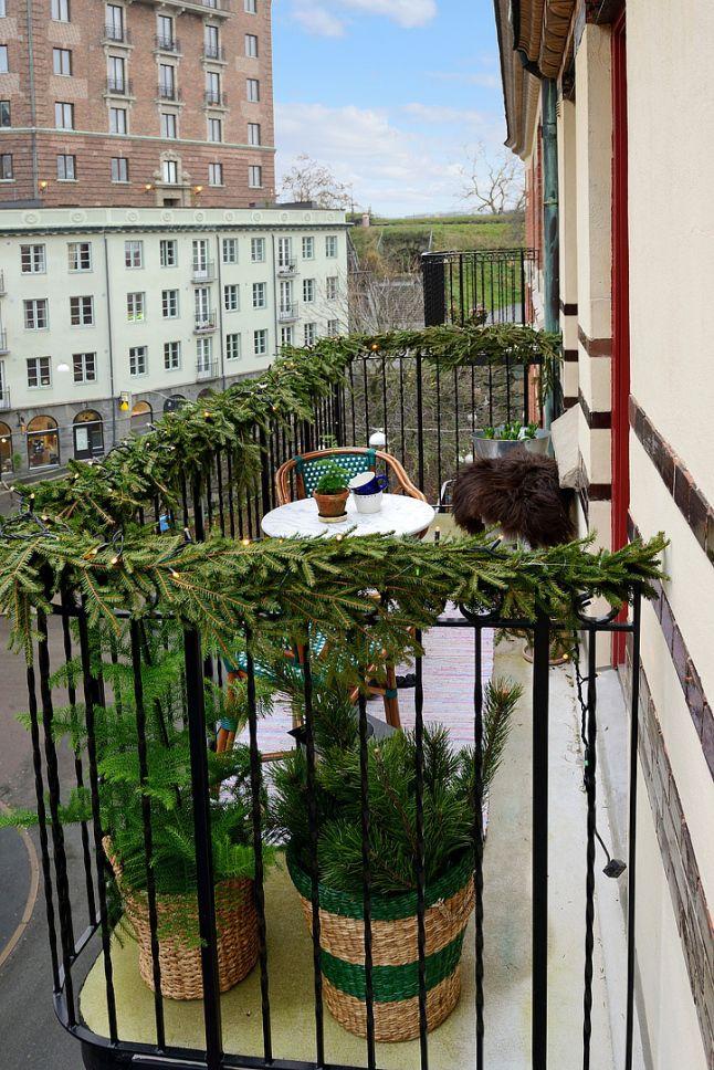 15. Можно вполне обойтись и без игрушек и прочих украшений, разложив на балконе еловые ветки.