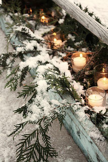 16. Очень хорошо балкон украсят свечи. Поставьте их в прозрачные стаканчики или специальные держатели для свечей. Рядом можно положить несколько еловых веток. Помните о безопасности!