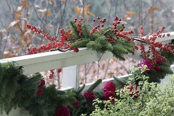 19. Украсить балкон можно ягодами. Рябина и калина будет выглядеть очень празднично в сочетании с еловыми ветками.