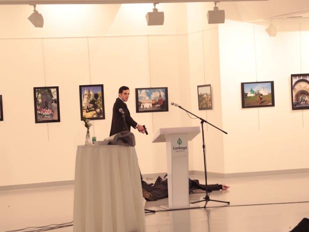 4. На фото убийца стоит над телом российского посла. Как сообщается, преступник сделал по меньшей мере восемь выстрелов.