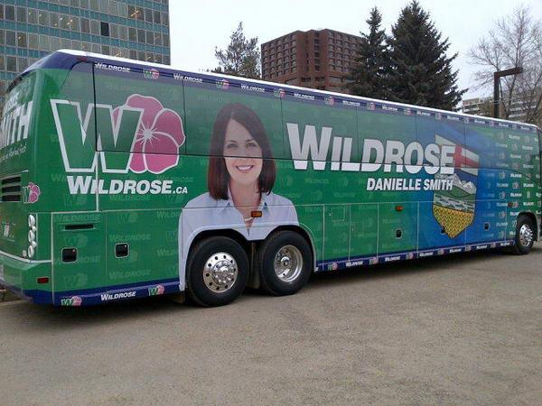 3. Даниэлла Смит - бывший канадский политик и журналист. А Wildrose является ее политической партией. Интересно, сколько людей проголосовали за эту партию, увидев этот автобус. Даже антирекламой это назвать трудно.