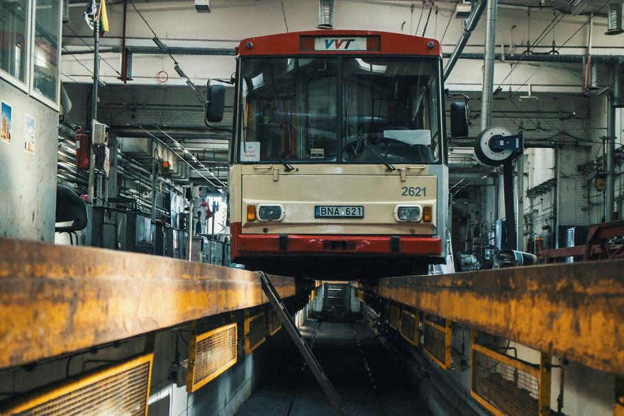 3. Троллейбус специально был снят с линии для нанесения принта.
