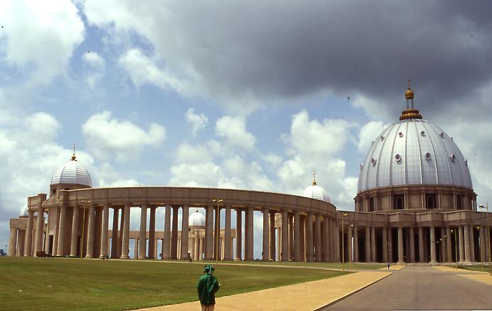 2. Нотр-Дам-де-ла-Пэ или Базилика Пресвятой Девы Марии Мира. Самая большая церковь в мире. Ямусукро, Кот-д'Ивуар. Африканский континент бьет рекорды по экстремальной архитектуре. Именно там можно найти самую большую в мире христианскую церковь, которая своими размерами превосходит даже соборы Ватикана.