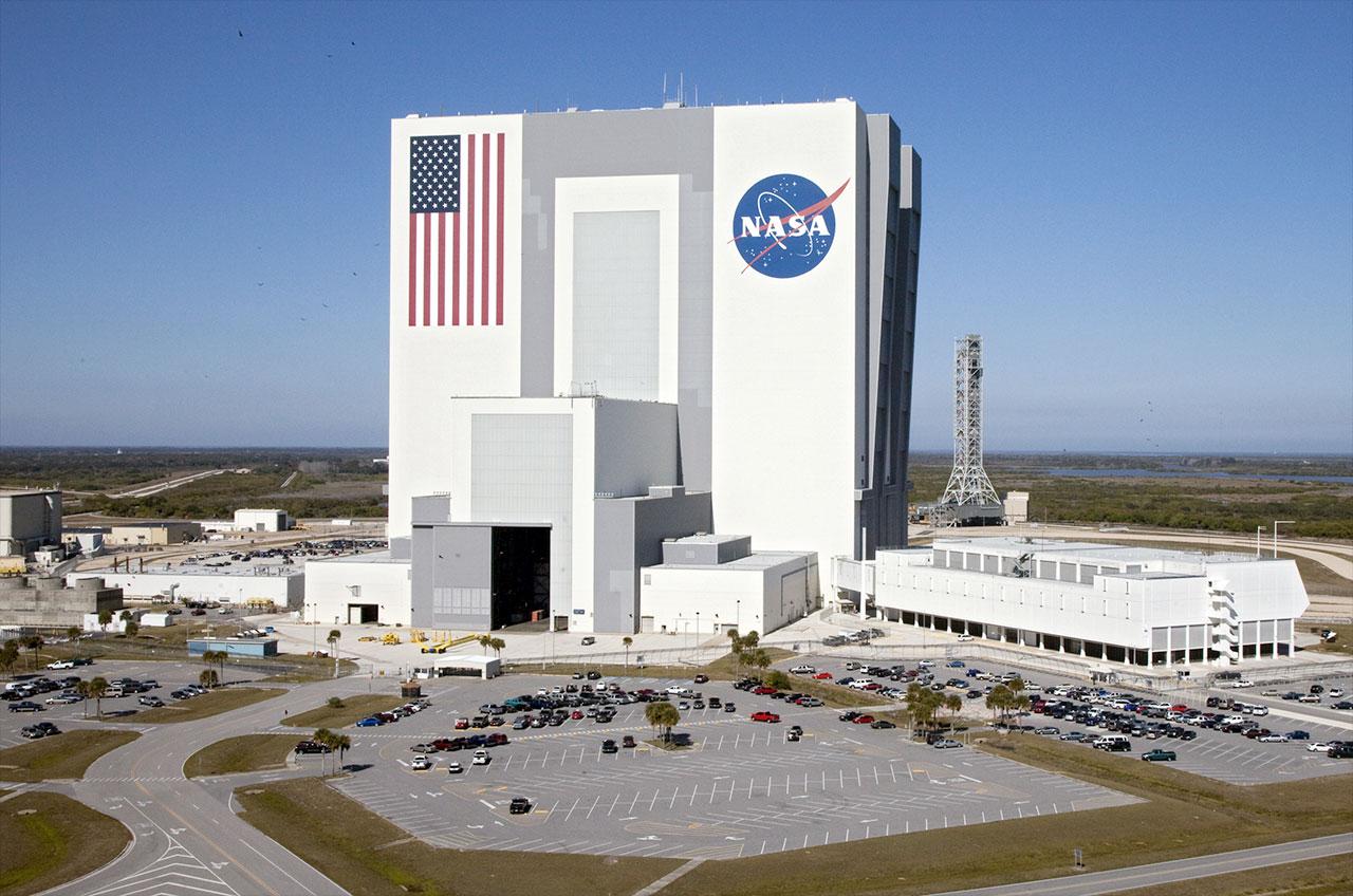 6. Самое большое одноэтажное здание - Здание вертикальной сборки, мыс Канаверал, Флорида. Украшенное массивным американским флагом и логотипом NASA, в этом здании проводится финальная сборка космических кораблей.