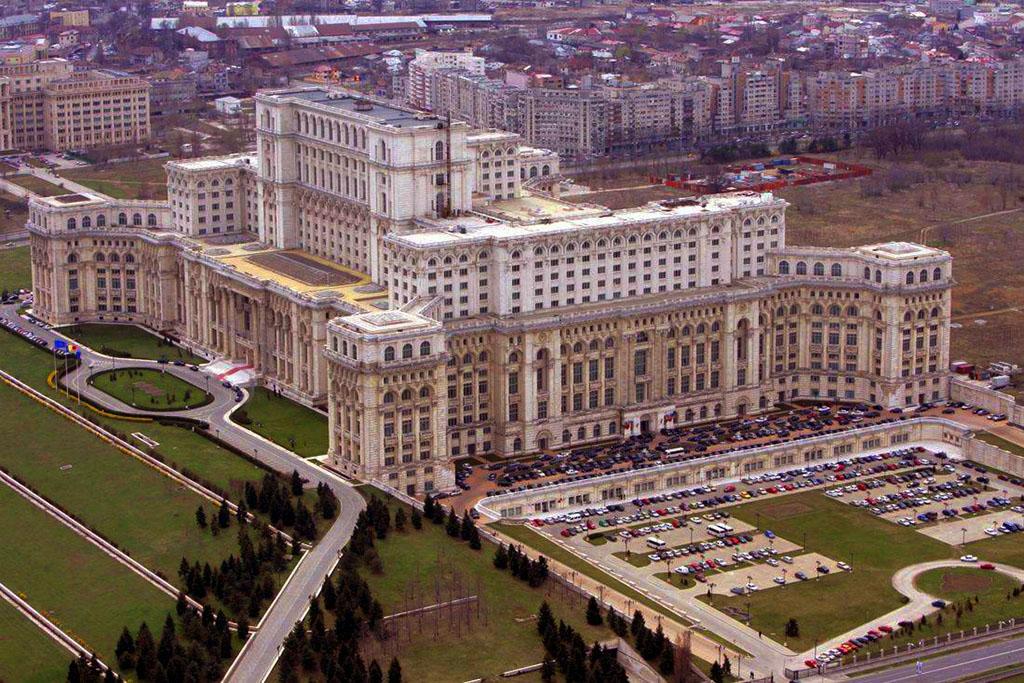 9. Самое большое административное здание в мире - Дворец Парламента, Бухарест, Румыния.