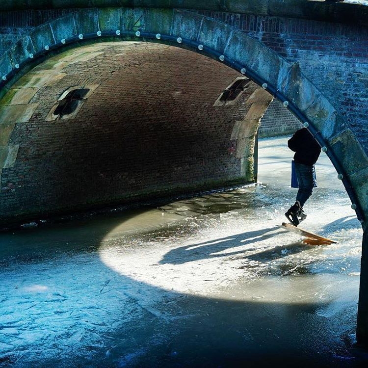 19. Нидерланды. Катание на коньках по замерзшему каналу. @toalaolivares.