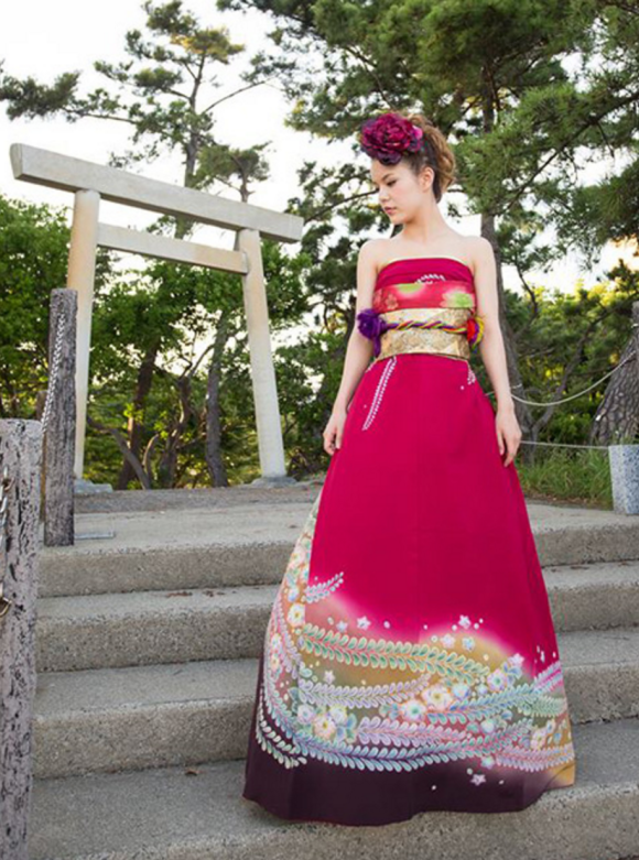 56c12803784630c Как ни странно, превращение традиционного кимоно в свадебное платье  занимает всего 10 минут