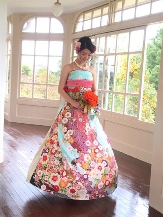 2. По обычаю, девушке-невесте положено надевать фурисодэ – кимоно с длинными рукавами. Однако японские модницы научились изменять этот наряд так, чтобы он походил на современное свадебное платье.