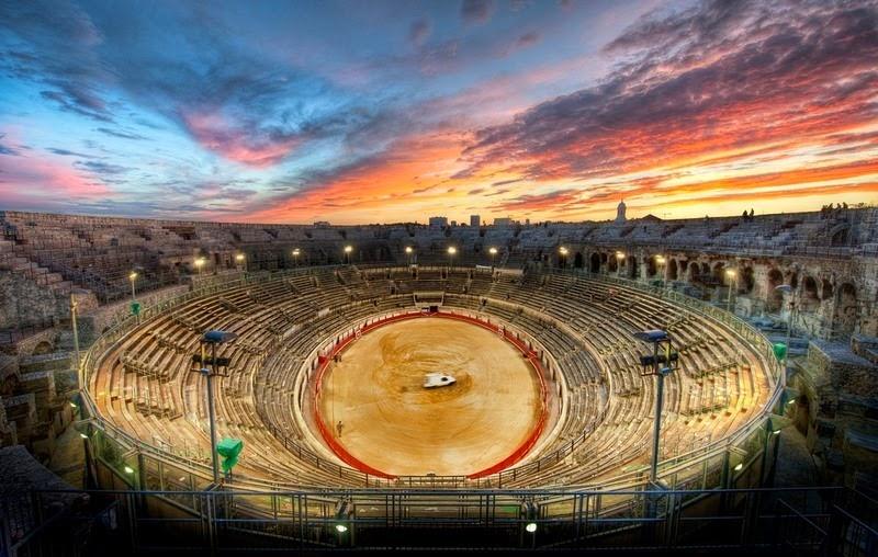 10. Амфитеатр находится во городе Нима. Фасад арены высотой 21 метр украшен 120 арками и разделен на два уровня. Внутри эллиптическая площадь длиной 133 метра и шириной 101 метр, окруженная 34 рядами сидений. В прежние времена амфитеатр вмещал 24000 зрителей. Сегодня амфитеатр может вместить около 16000 посетителей.