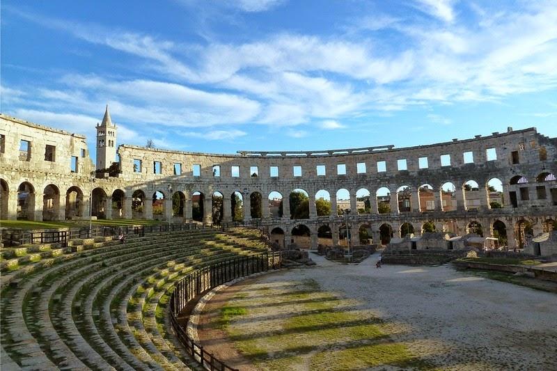 5. Амфитеатр Пулы расположен в городе Пула в Хорватии. Построенный между 27 г. до н.э. и 68 г. н.э он является одним из шести крупнейших сохранившихся римских амфитеатров в мире и единственный наиболее сохранившийся римский амфитеатр.