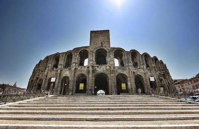 8. Амфитеатр в Арле – это двухуровневый римский амфитеатр расположенный в южном французском городе Арль. Построенный в 90 году нашей эры амфитеатр был способен вместить более 20000 зрителей и развлекал публику гонками на колесницах и кровавыми сражениями гладиаторов. Сегодня он привлекает толпы людей на просмотр корриды, а также спектаклей и концертов.