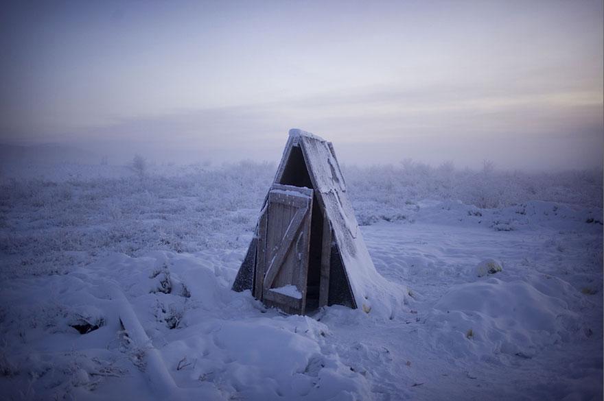 6. Большинство туалетов расположены во дворах, так как промерзшая земля делает прокладку канализации практически невозможной.