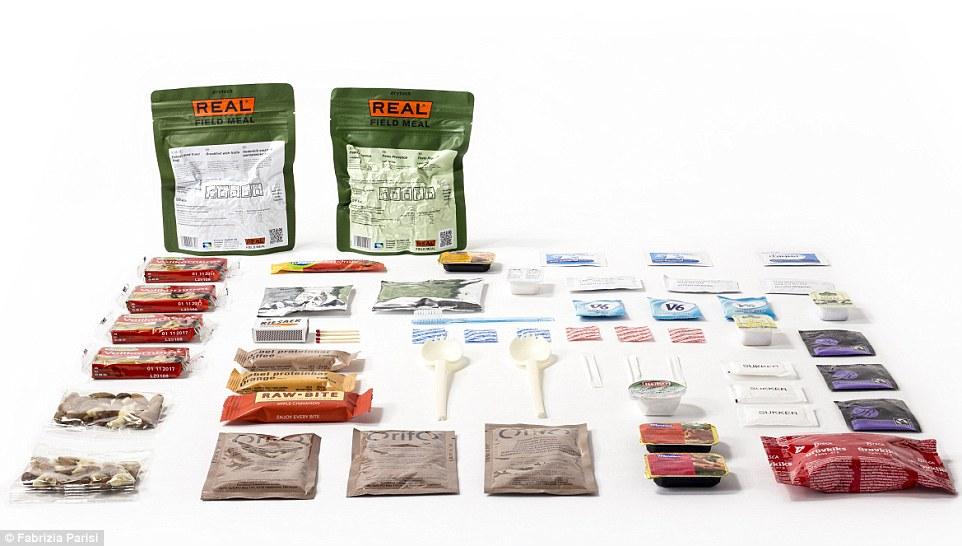 4. Паек датской армии содержит: мюсли с фруктами, макароны с мясным соусом, ржаной хлеб, печенье, паштет, зубочистки. Вилки и ложки в пайке из биоразлагаемого материала. Также в пайке есть варенье и мед, фундук, протеиновые батончики, компот, шоколадный напиток, кофе и чай, изюм, жевательная резинка, сахар, соль и перец, кетчуп, салфетки и зубная щетка.