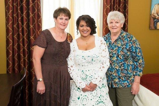 6. «Это было замечательно. Я и моя тетя проводили много времени вместе, что очень важно для меня», говорит невеста. «Эти мгновения я никогда не забуду. Когда я смотрю на платье, я помню замечательную свадьбу и те восемь месяцев проведенных с моей тетей над созданием платья».