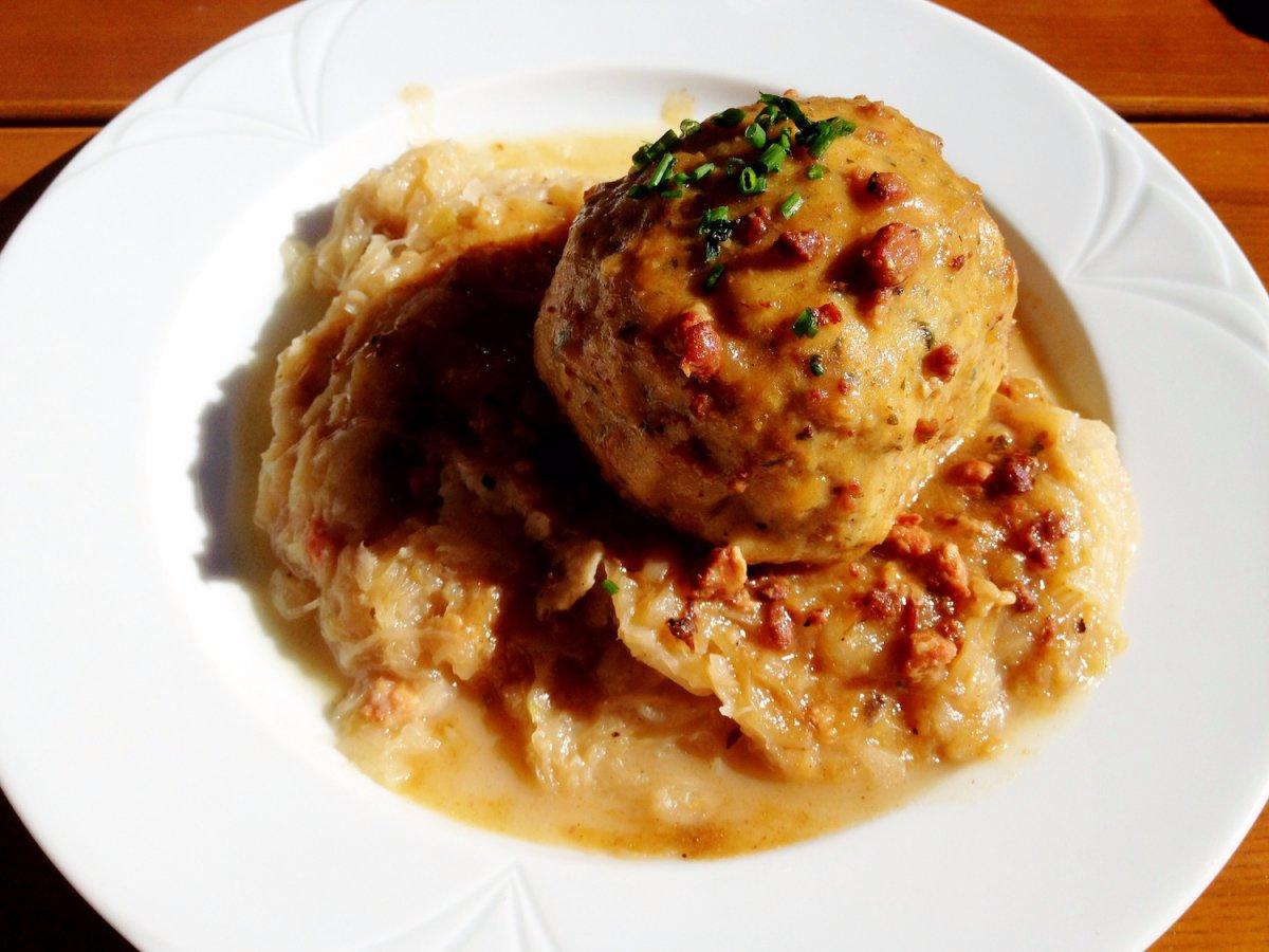 5. Германия, кнедлик. Отварное изделие из теста или картофеля. Они ничем не начинены, но подаются к мясу, например к шницелю.