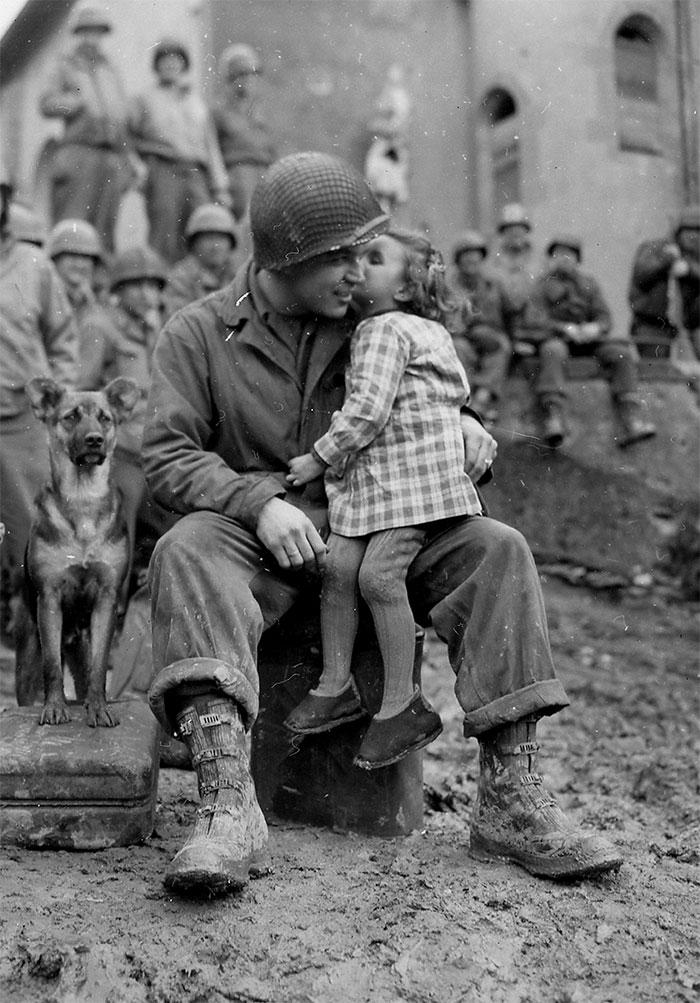 14. Французская девочка дарит солдату поцелуй в День святого Валентина, 1945.
