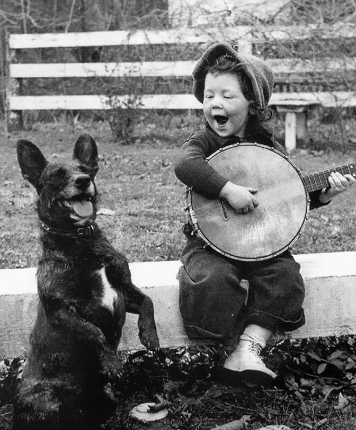 5. Девочка играет для своей собаки.