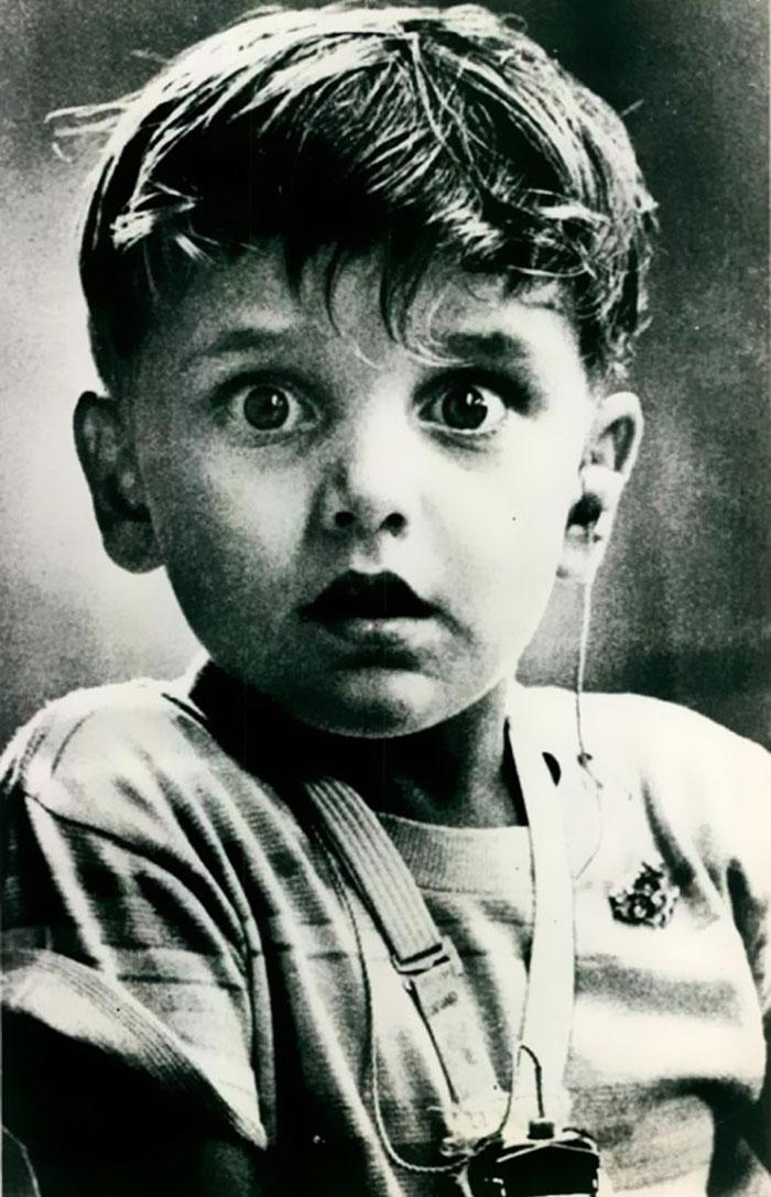 7. Гарольд Виттльз слышит впервые в своей жизни после установки слухового аппарата.
