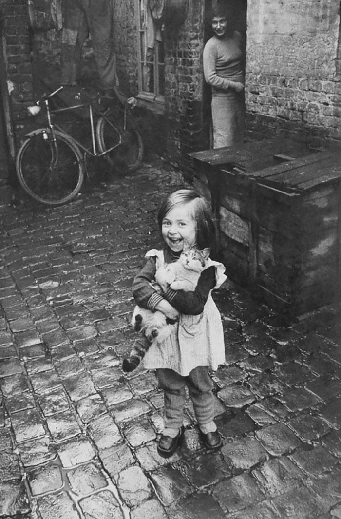 9. Французская девочка со своим котом.