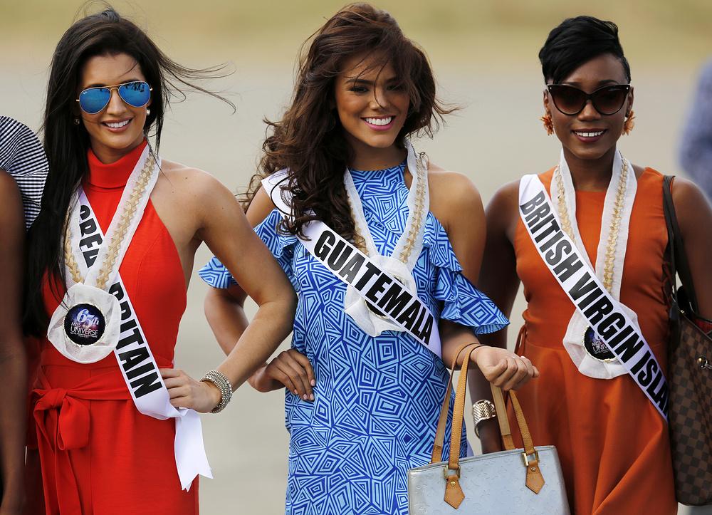 1. Кандидатки на титул Мисс Вселенная 2017.  Слева направо Великобритания, Гватемала и Британские Виргинские острова.