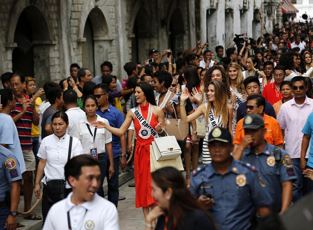 10. Филиппинские жители приветствуют кандидаток Мисс Вселенная в городе Виган, Филиппины.