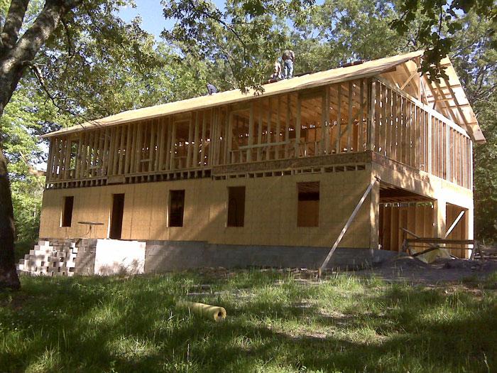 14. …они сумели соорудить дом общей площадью 325 кв.м. с пятью спальнями, гаражом на 3 автомобиля, огромной мастерской, а также построили… маленький двухэтажный домик на дереве.