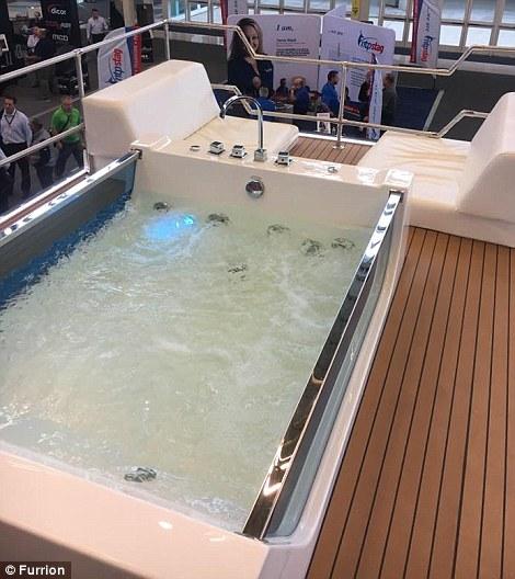 3. Она имеет деревянную палубу, как у яхты, большую гидромассажную ванну, аудиосистему и вертолетную площадку.