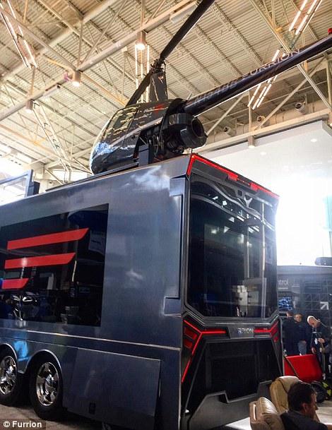 8. Автобус поставляется с персональным вертолетом Robinson R22.