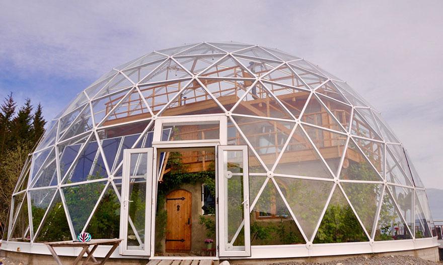 1. Семья Hjertefølger живет в этом геодезическом куполе, расположенном на острове Sandhornøya на севере Норвегии.