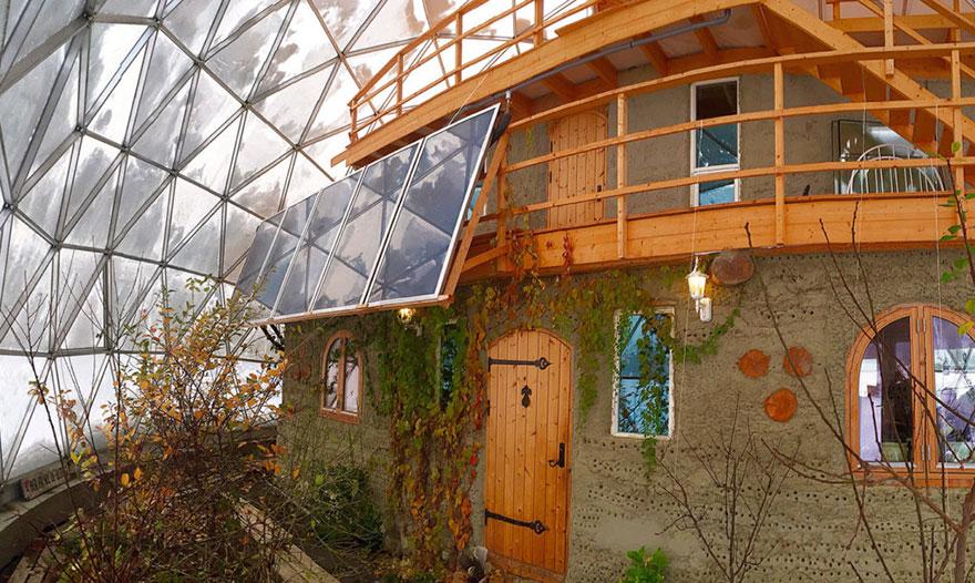 3. Под 7,6 метровым куполом находится дом, который имеет три этажа, пять спален и две ванные комнаты.