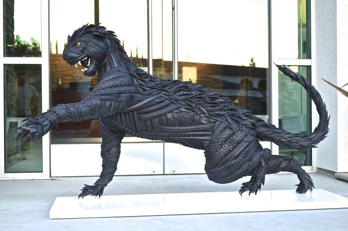 1. Пума. Для создания скульптуры, кроме шин, Блейк использует сталь, дерево, клей и стекло.