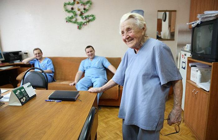 11. Алла Ильинична считается самым старым работающим хирургом в мире.
