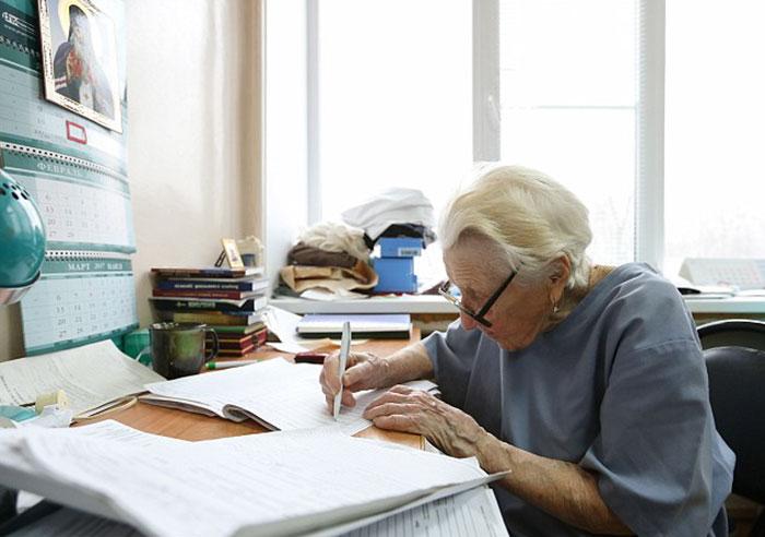 12. На вопрос о секрете своего долголетия женщина философски отвечает, что секрет так и не нашла.