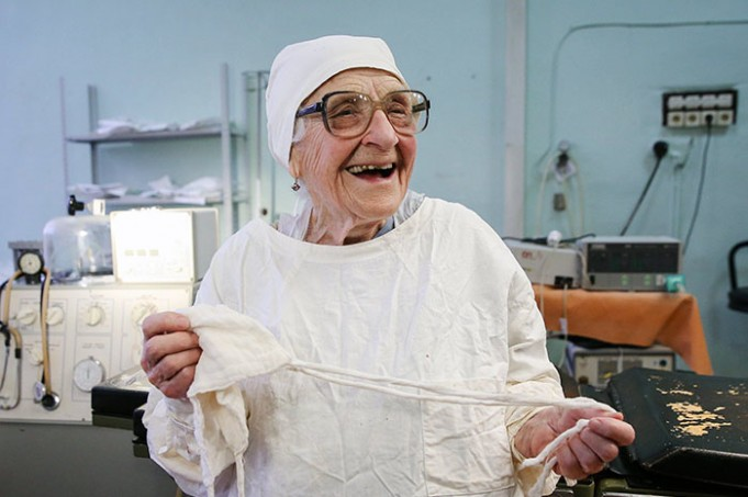 89-летний хирург ежедневно проводит 4 операции в день