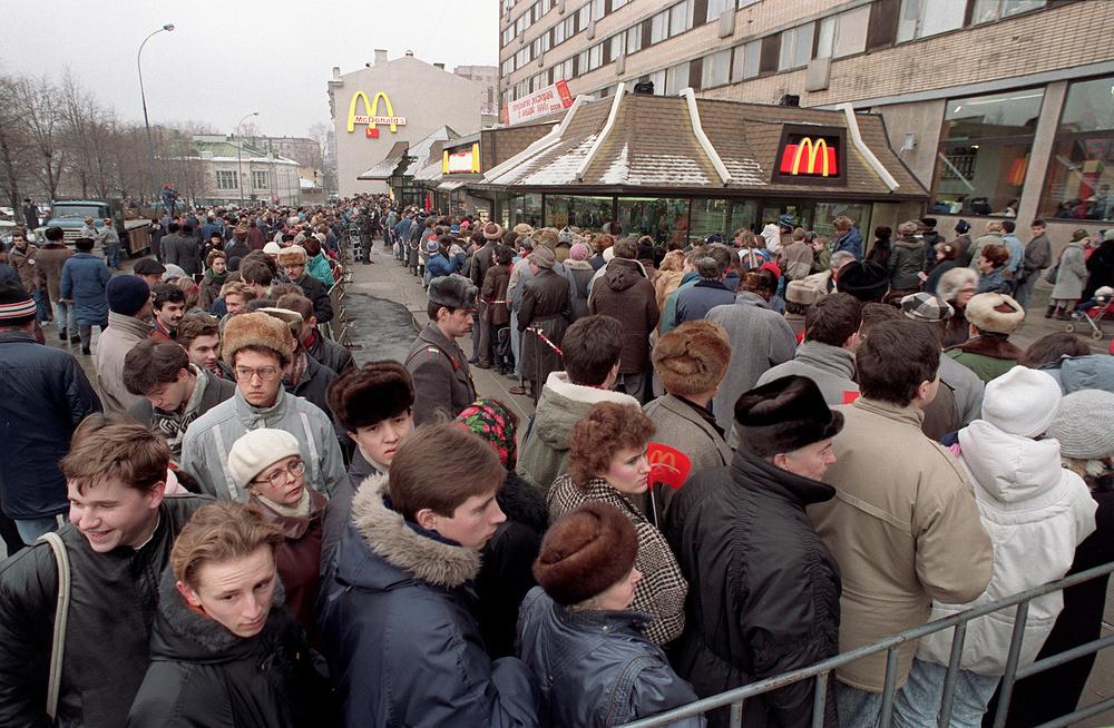3. Перед рестораном в день открытия образовалась очередь из сотен человек.