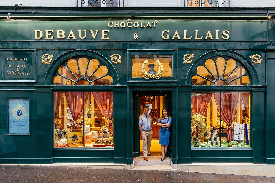 2. Бернар Пуссен и Диана Жуник перед входом в их многовековой Chocolaterie.